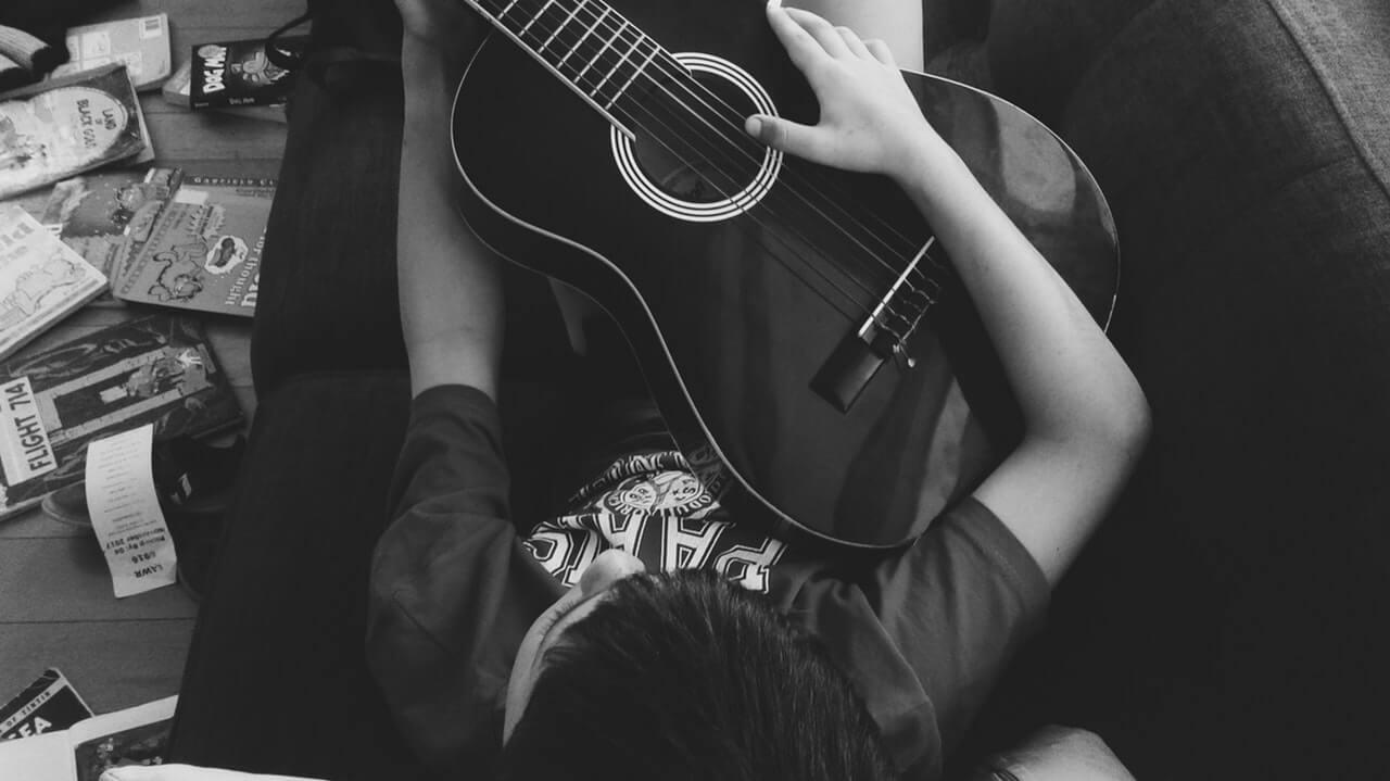 Lo que te enseña cualquiera de las Mejores Apps para Aprender a Tocar Guitarras